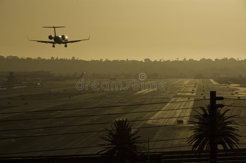 Aterragem de avião no por do sol. foto de stock