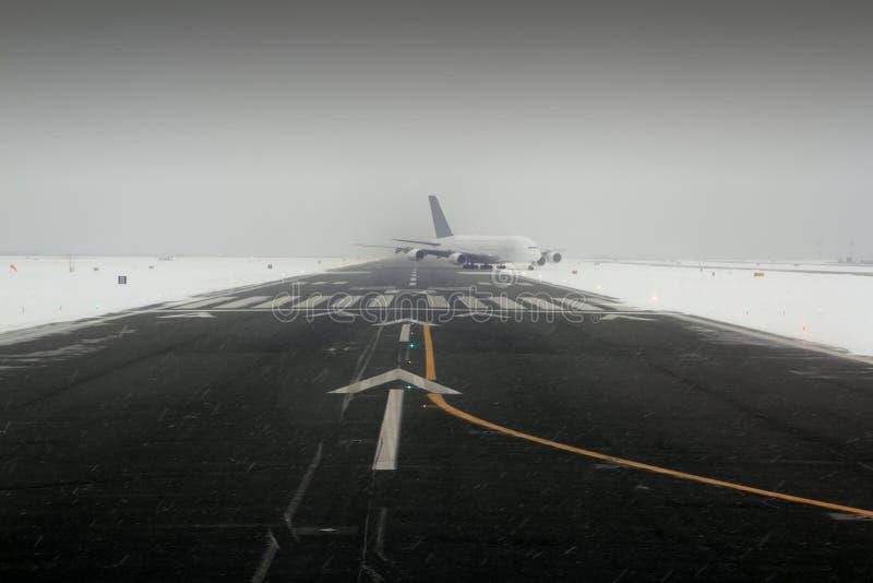 Aterragem de aviões da asa do avião na neve fotos de stock