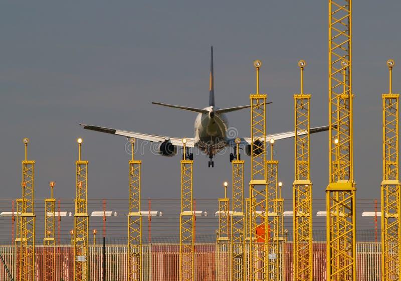 Aterragem de aviões e luzes de aterragem. imagens de stock royalty free