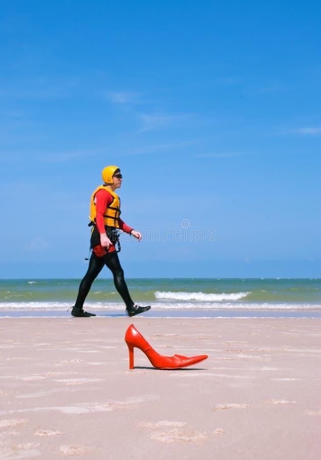 Aterragem de praia para um homem da forma foto de stock royalty free