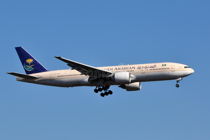 Aterragem de Saudi Arabian Airlines Boeing 777 fotos de stock royalty free