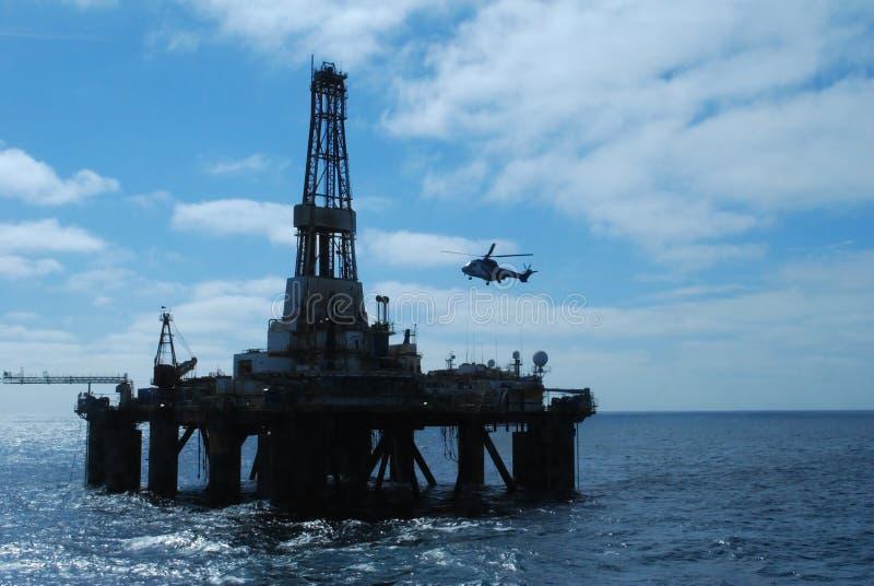 Aterragem do helicóptero em uma plataforma petrolífera fotos de stock royalty free
