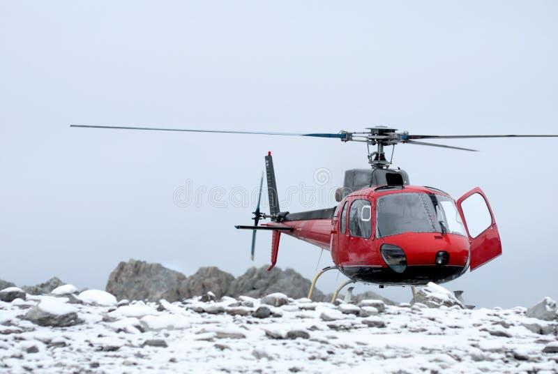 Aterragem do helicóptero na montanha imagens de stock