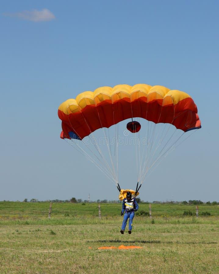 Aterragem do parachutist imagem de stock royalty free