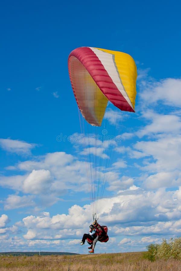 Aterragem do paraglider em um céu do fundo fotos de stock