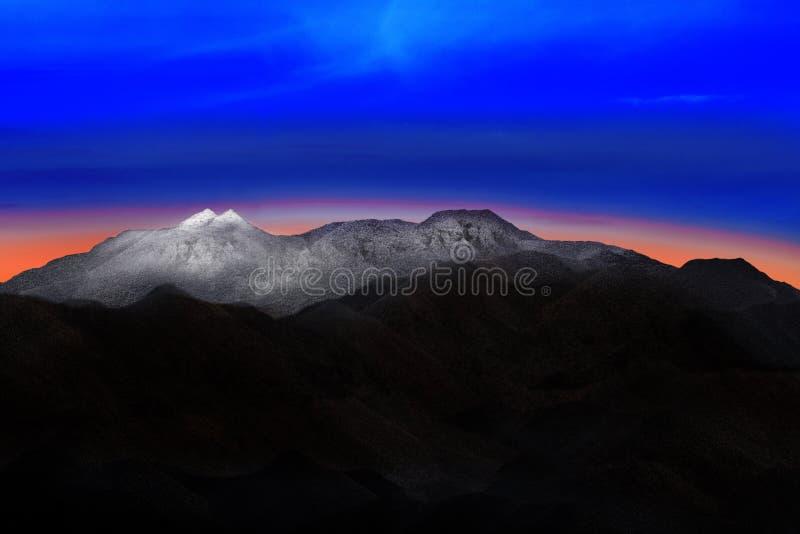 Aterre o scape do monte da montanha da neve com o colorfu dramático bonito fotos de stock