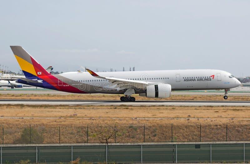 Aterrissagem brandnew de Asiana Airlines Airbus A350 em RELAXADO foto de stock royalty free