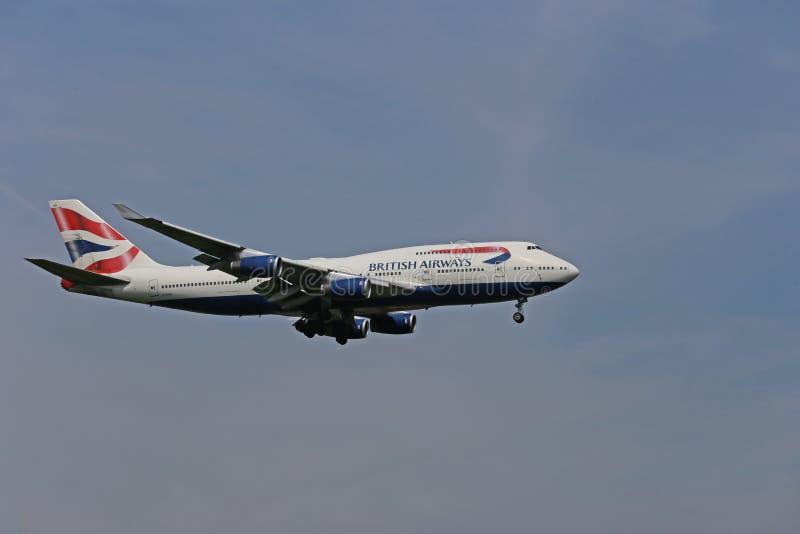 aterrissagem com jumbo jumbo da British Airways Boeing 747-400 fotografia de stock