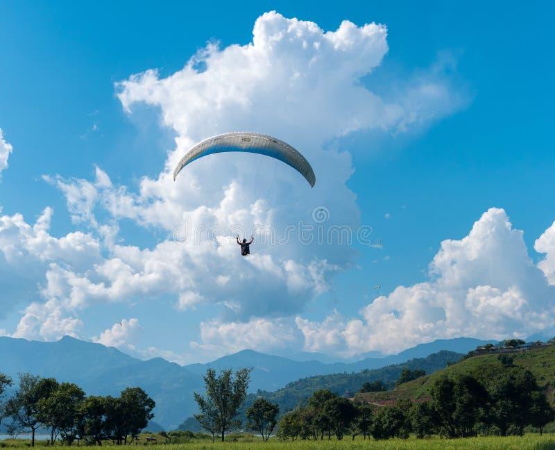 Aterrissagem com o paraquedas após o parapente em Nepal imagem de stock royalty free
