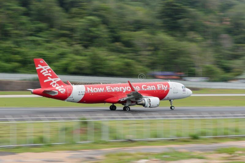 Aterrissagem da linha aérea de Air Asia no aeroporto de phuket imagens de stock royalty free
