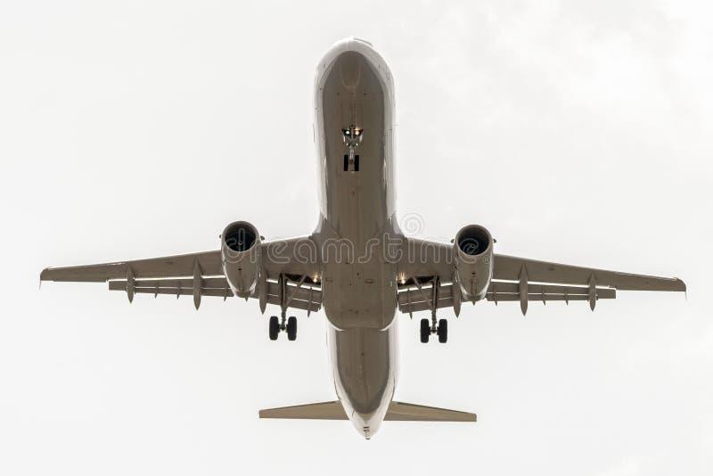 Aterrissagem de aterrissagem de Airbus a320 no céu nebuloso imagens de stock royalty free