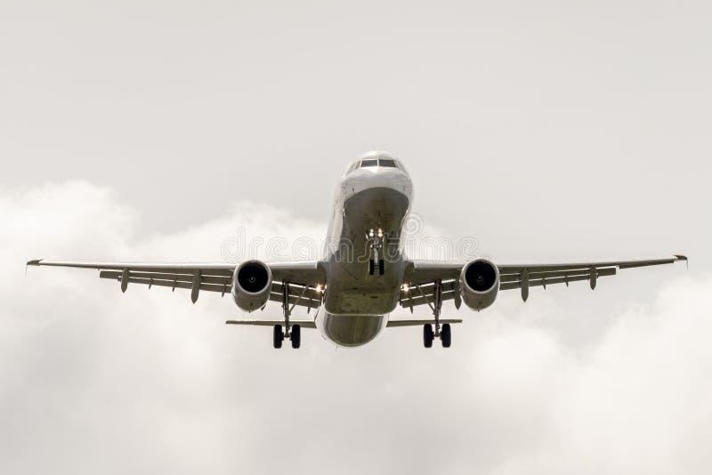 Aterrissagem de aterrissagem de Airbus a320 no céu nebuloso fotografia de stock