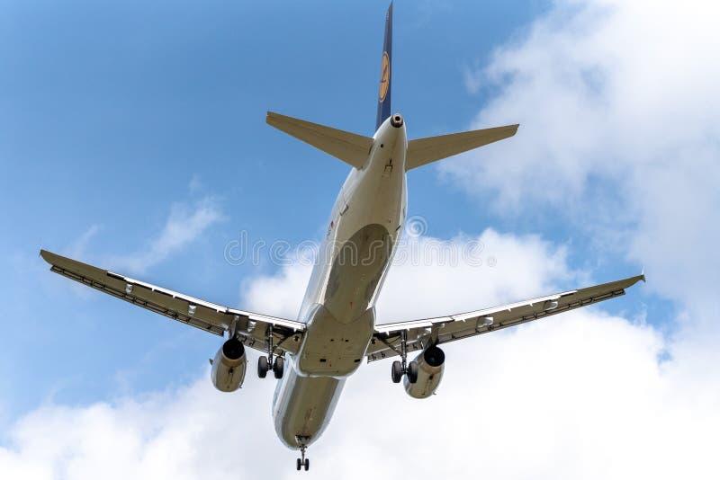 Aterrissagem de aterrissagem de Airbus a320 no céu nebuloso Captação editorial, tiro no 5 de agosto de 2019 em Riga, Letónia Aero fotos de stock royalty free