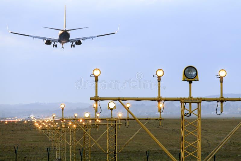 A aterrissagem de avião imagem de stock royalty free