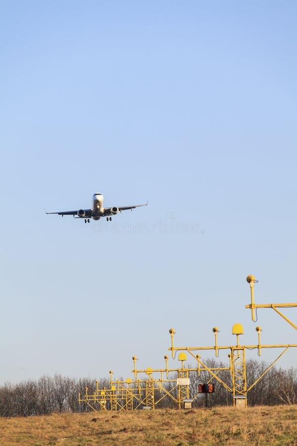 A aterrissagem de avião imagem de stock