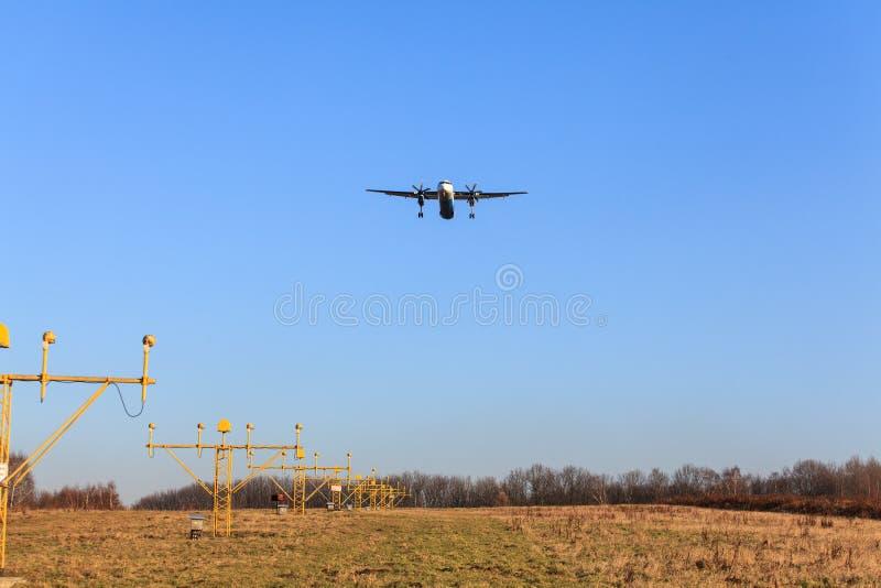 A aterrissagem de avião fotografia de stock royalty free