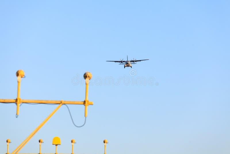 A aterrissagem de avião fotos de stock royalty free