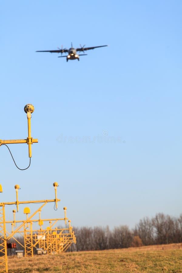 A aterrissagem de avião fotografia de stock