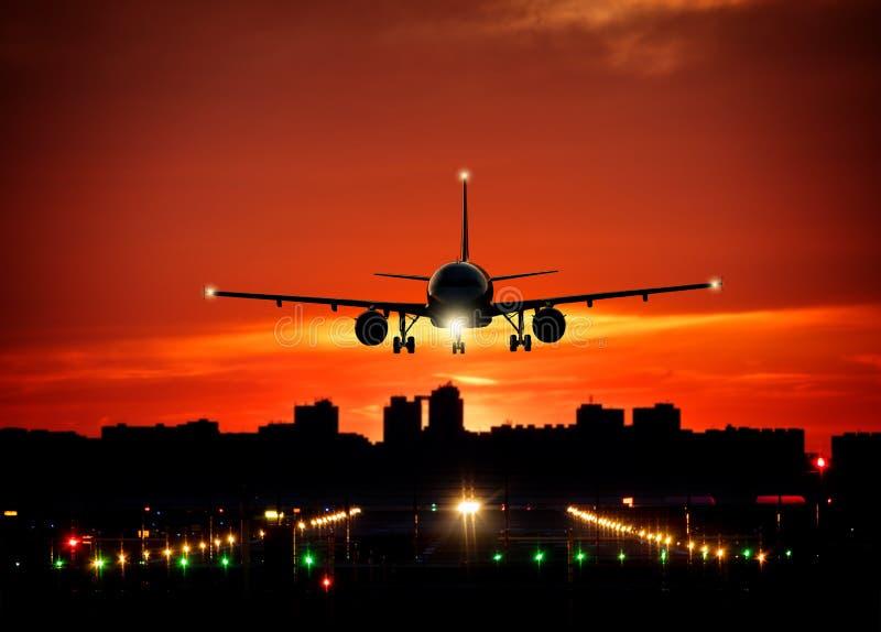Aterrissagem de avião comercial dos passageiros na pista de decolagem fotografia de stock royalty free