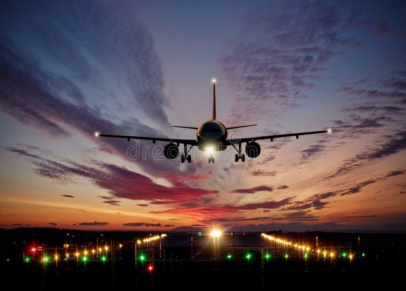 Aterrissagem de avião comercial dos passageiros na pista de decolagem com s dramático fotos de stock royalty free