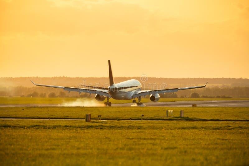 Aterrissagem de avião comercial grande dos passageiros imagens de stock