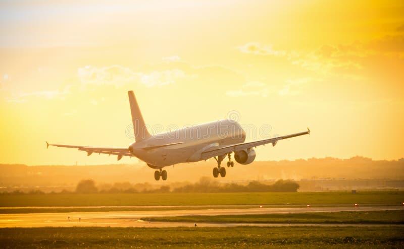 Aterrissagem de avião comercial grande dos passageiros foto de stock