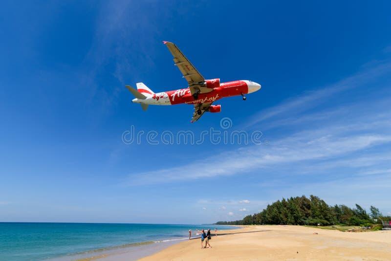 Aterrissagem de avião de Air Asia no aeroporto de phuket na praia fotos de stock royalty free