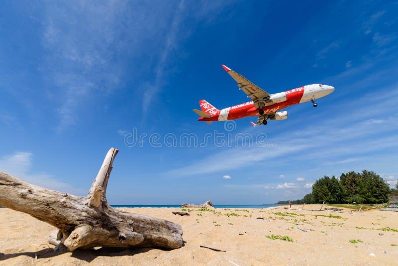 Aterrissagem de avião de Air Asia no aeroporto de phuket na praia foto de stock