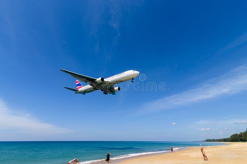 Aterrissagem de avião de Oriente Thai Airways no aeroporto de phuket fotografia de stock