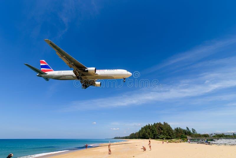 Aterrissagem de avião de Oriente Thai Airways no aeroporto de phuket imagens de stock royalty free