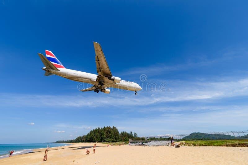Aterrissagem de avião de Oriente Thai Airways no aeroporto de phuket foto de stock
