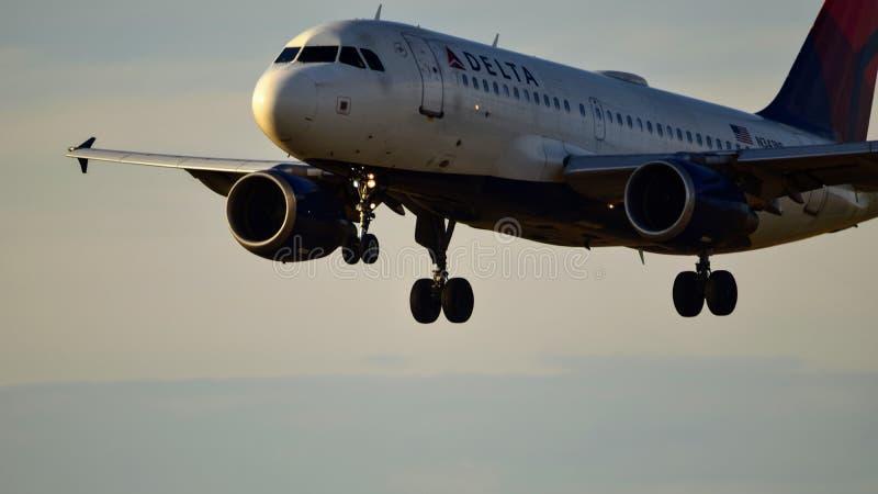 Aterrissagem de avião de Delta Airlines em uma pista de decolagem imagem de stock