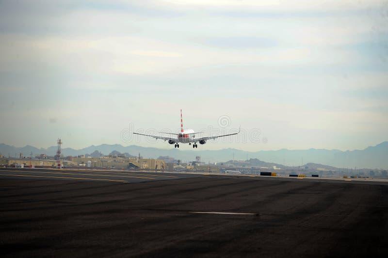 Aterrissagem de avião no aeroporto do porto do céu fotos de stock royalty free