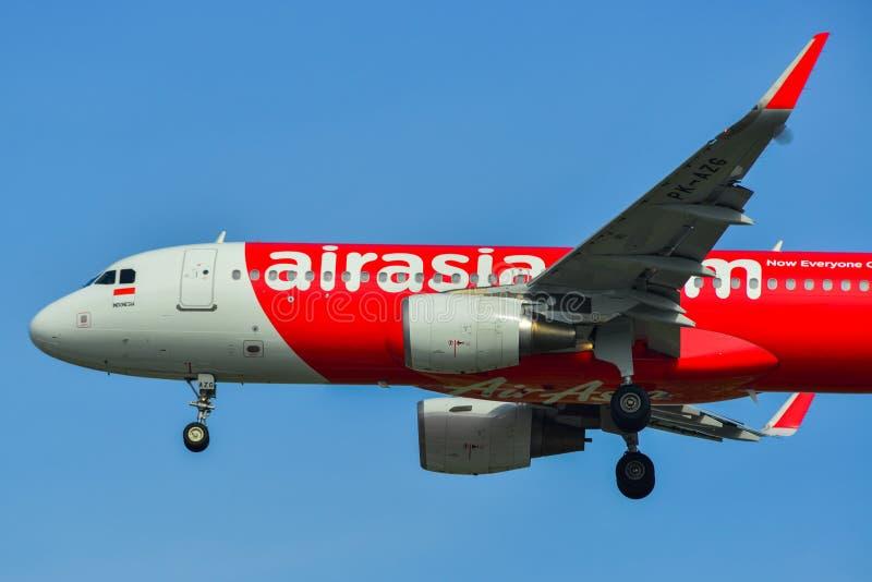 Aterrissagem de avião no aeroporto de Singapura foto de stock royalty free