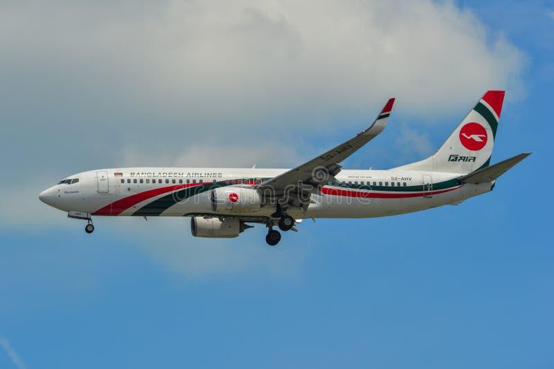 Aterrissagem de avião no aeroporto de Singapura foto de stock