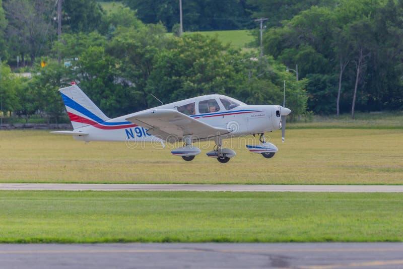 Aterrissagem de avião pequena na reunião fotografia de stock
