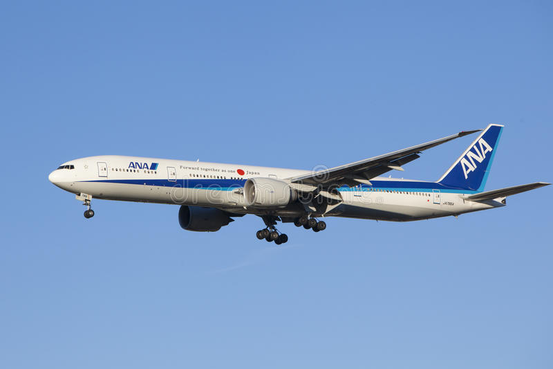 Aterrissagem de aviões All Nippon Airways imagens de stock