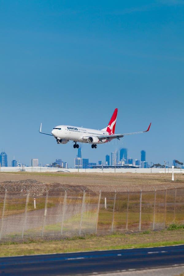 Aterrissagem de aviões de Qantas no aeroporto de Melbourne imagens de stock
