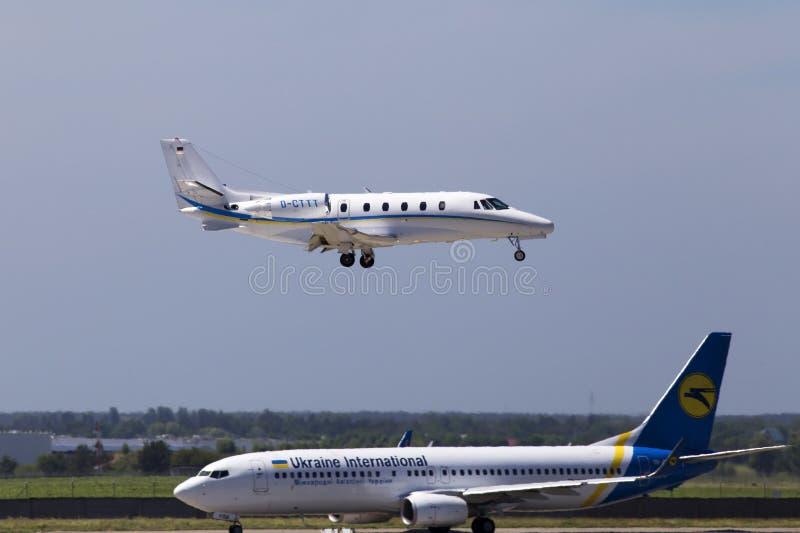 Aterrissagem de aviões do jato do negócio da citação XLS de D-CTTT Augusta Air Cessna 560XL na pista de decolagem fotos de stock royalty free