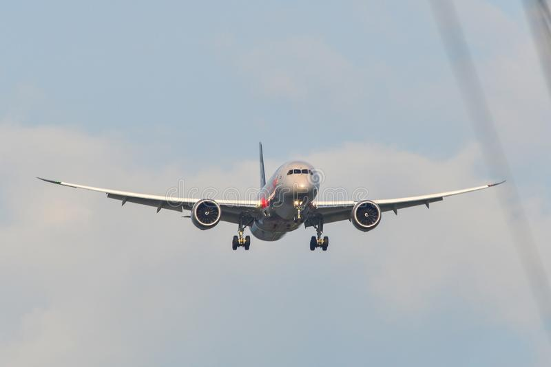 Aterrissagem de avi?o do passageiro no aeroporto fotografia de stock