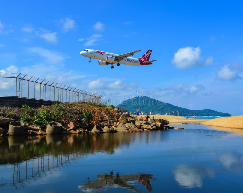 Aterrissagem de avi?o no aeroporto de Phuket fotografia de stock