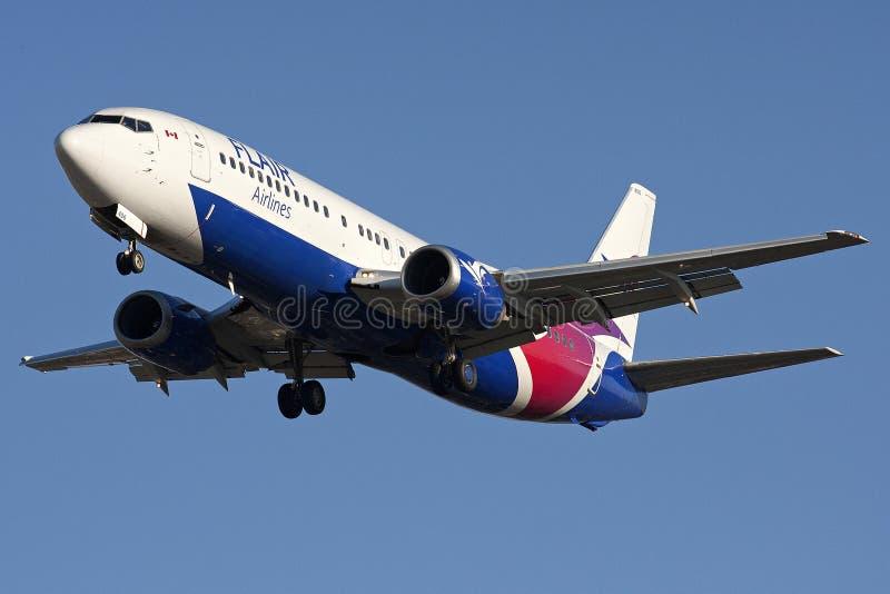 Aterrissagem de Boeing 737 das linhas aéreas do dom imagens de stock