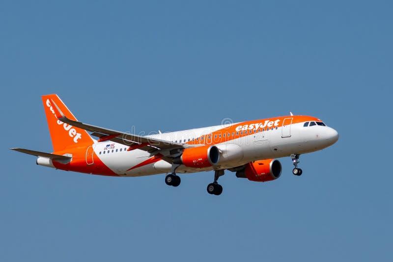 Aterrissagem de EasyJet Airbus A320-214 em Paris CDG imagem de stock royalty free