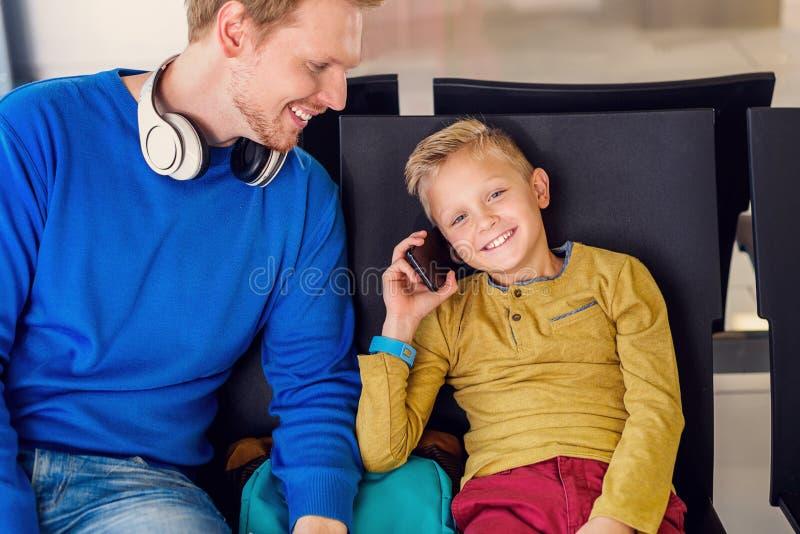 Aterrissagem de espera do pai e do filho imagem de stock