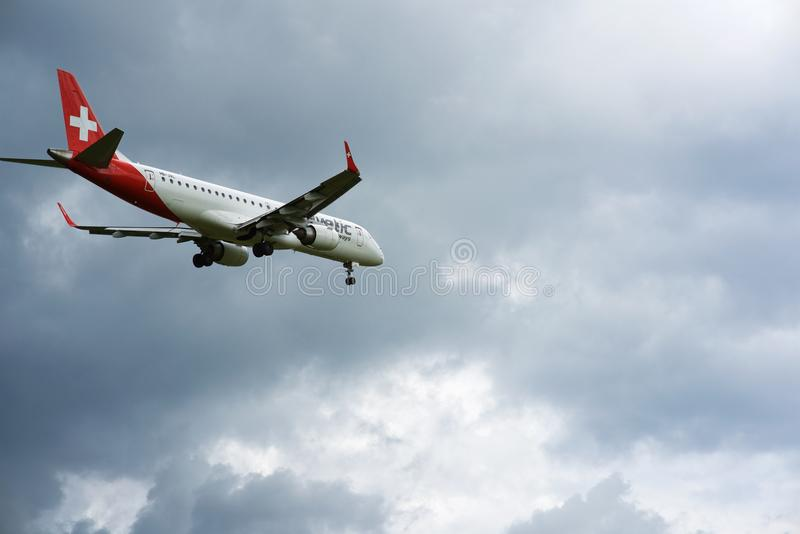 Aterrissagem de Helvetic Airways do suíço no aeroporto de Zurique fotos de stock