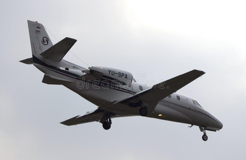 Aterrissagem de Jet Cessna 560XL do negócio fotografia de stock