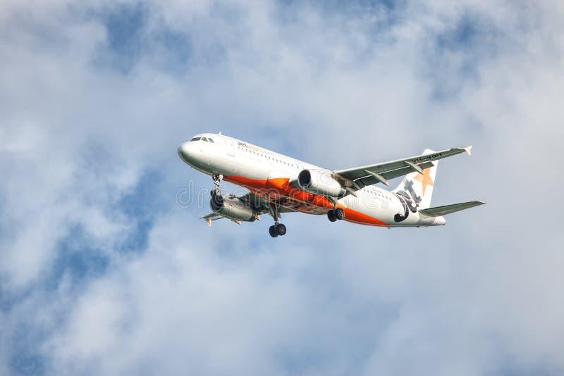 Aterrissagem de Jetstar Airbus no aeroporto de Coolangatta Gold Coast fotos de stock royalty free