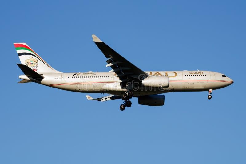 Aterrissagem do avião comercial de Etihad Airways Airbus A330-200 A6-EYM no aeroporto de Barajas do Madri fotografia de stock