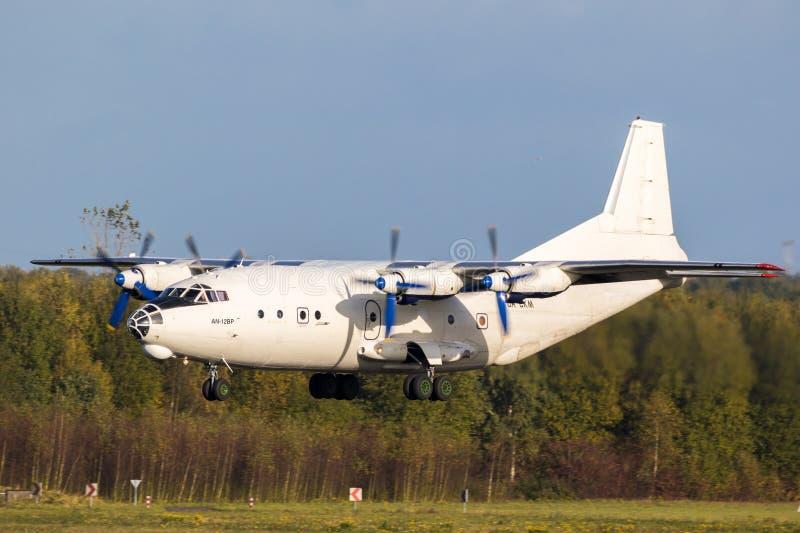 Aterrissagem do avião de transporte de Antonov An-12 foto de stock royalty free