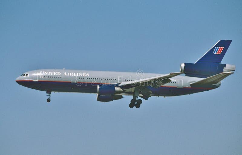 Aterrissagem do DC-10 de United Airlines McDonnell Douglas em Los Angeles em setembro após um voo de New York fotografia de stock